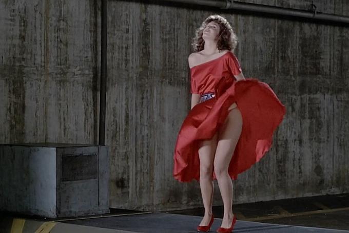 Una chica al rojo vivo en los 80s. El juego de La infidelidad en tiempo de comedia